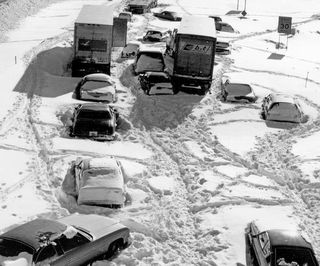 Cars-stuck-in-snow